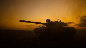 Концепция войны Воинские силуэты воюя сцену на предпосылке неба тумана войны, силуэтах танков мировой войны немецких под пасмурны стоковые фотографии rf