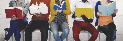 Концепция воодушевленности книги чтения людей разнообразия стоковая фотография