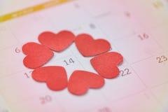 Концепция времени любов календаря дня Святого Валентина/страница календаря с красным сердцем 14-ого февраля дня Валентайн Святого стоковая фотография