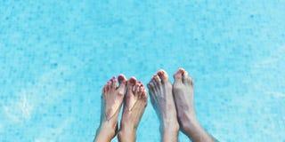 Концепция времени потехи пар ноги бассейна Стоковые Изображения