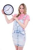 Концепция времени - счастливый девочка-подросток указывая на isola часов офиса стоковое фото rf