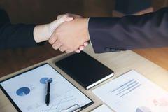 Концепция встречи и приветствия, уверенно рукопожатие a дела 2 Стоковое Изображение