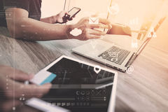 концепция встречи команды co работая, бизнесмен используя умный телефон Стоковое Фото