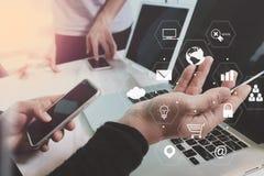 концепция встречи команды co работая, бизнесмен используя умный телефон стоковое изображение rf