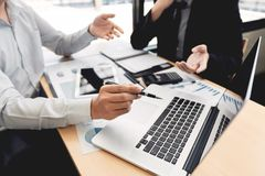 Концепция встречи компании сыгранности, деловые партнеры работая с ноутбуком совместно анализируя проект запуска финансовый стоковые фотографии rf