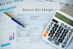 Концепция выхода по энергии с обязанностями выставляет счет документы на столе стоковая фотография