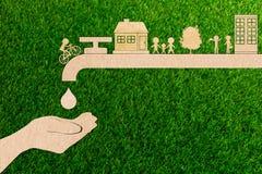 Концепция в реальном маштабе времени экологичности спасения воды крана капельки отрезка бумаги Стоковое Фото