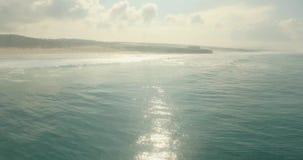 Концепция влюбленности горизонта отражения Солнця воды побережья океана романтичного захода солнца воздушная видеоматериал