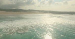 Концепция влюбленности горизонта отражения Солнця воды побережья океана романтичного захода солнца воздушная сток-видео