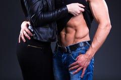 Концепция влюбленности и секса - сексуальная пара над серым цветом Стоковое Изображение RF