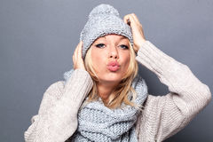 Концепция влюбленности и счастья для pouting модная белокурая девушка стоковое фото rf