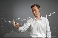 Концепция данным по финансов Человек работая с аналитиком Составьте схему данным по диаграммы с японскими свечами на цифровом экр Стоковые Изображения
