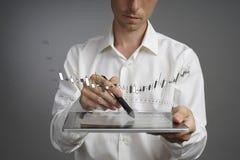 Концепция данным по финансов Человек работая с аналитиком Составьте схему данным по диаграммы с японскими свечами на цифровом экр Стоковая Фотография RF