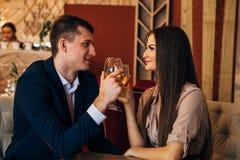 Концепция датировка, вино пар выпивая в ресторане стоковая фотография rf
