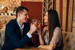 Концепция датировка, вино пар выпивая в ресторане стоковое фото