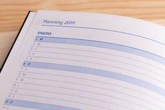 Концепция дела - взгляд сверху открытого дневника книга в твердой обложке тетради со словом 2019 стоковая фотография rf