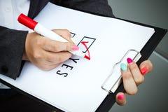 Концепция дела выбора и голосования Женщина в костюме и gla Стоковое фото RF
