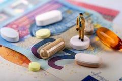 концепция дела индустрии фармации положение бизнесмена на таблетке стоковые изображения