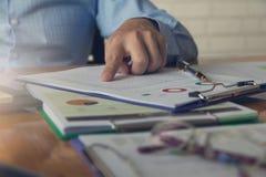 Концепция дела и финансов деятельности офиса, бизнесмена обсуждая диаграмму анализа Стоковое фото RF