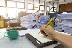 Концепция дела и финансов деятельности офиса, сочинительства бизнесмена на тетради Стоковые Фото