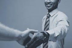 Концепция дела - конец-вверх 2 уверенно бизнесменов тряся руки во время встречи стоковое изображение