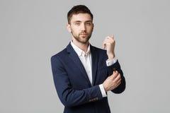 Концепция дела - молодой успешный бизнесмен представляя над темной предпосылкой Изолированная белая предпосылка скопируйте космос Стоковые Фотографии RF