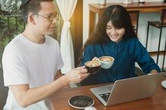 Концепция дела онлайн Азиатские друзья встречая и имея потеху на Стоковое Фото