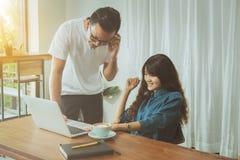 Концепция дела онлайн Азиатские друзья встречая и имея потеху на Стоковые Фото