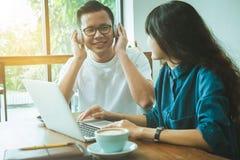 Концепция дела онлайн Азиатские друзья встречая и имея потеху на Стоковая Фотография RF
