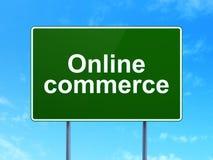 Концепция дела: Онлайн коммерция на предпосылке дорожного знака бесплатная иллюстрация
