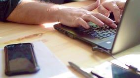 Концепция дела, рука используя компьтер-книжку на кофейне, пирофакелы солнца и тонизированные изображение и открытый космос для т сток-видео