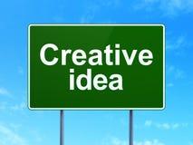Концепция дела: Творческая идея на предпосылке дорожного знака