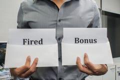 Концепция дела - увольнянное владение бизнесмена и знак бонуса для проведения работы стоковое фото rf