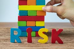 концепция делового риска при рука вытягивая красочный деревянный блок к Стоковая Фотография RF