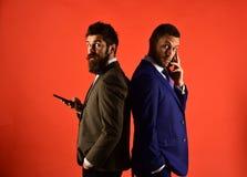 Концепция деловой беседы Machos в классической беседе костюмов на телефоне Стоковые Изображения RF