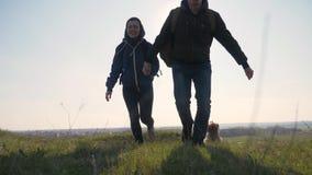 Концепция деловых поездок семьи сыгранности счастливая пары идущее удерживание бега супруга и жены счастья скачки силуэта сток-видео