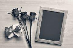 Концепция: День ` s валентинки, день рождения, день ` s матери Подарочная коробка красных роз с розовой летучей мышью и рамка с к Стоковые Фотографии RF