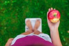 Концепция диеты и веса Молодая женщина стоя на масштабе с стоковые фотографии rf