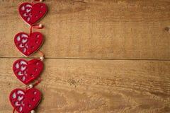 Концепция дня валентинки Красное сердце 4 на деревянной предпосылке Скопируйте зону космоса стоковое фото