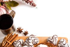 Концепция дня валентинок: Печенья в форме сердца символизируют влюбленность украшенные с стеклом чая Старая кружка чая, розовые ц Стоковые Изображения