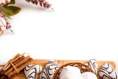 Концепция дня валентинок: Печенья в форме сердца символизируют влюбленность украшенные с стеклом чая Старая кружка чая, розовые ц Стоковые Фото