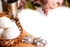 Концепция дня валентинок: Печенья в форме сердца символизируют влюбленность украшенные с стеклом чая Старая кружка чая, розовые ц Стоковое Изображение RF