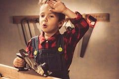 Концепция дня отцов ребенка, инструмент плотника, человек стоковые фото