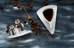 Концепция дня ` s валентинки, малые снеговики и белая чашка на голубой и белой предпосылке, естественном свете, взгляд сверху стоковая фотография
