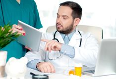 Концепция доктора Доктора обсуждая пациента диагностируют Стоковое Изображение RF
