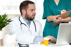 Концепция доктора Доктора обсуждая пациента диагностируют Стоковые Изображения RF
