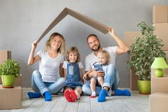 Концепция дома дня семьи новая домашняя Moving стоковая фотография rf