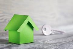 Концепция, дом и ключ недвижимости на деревянной предпосылке Концепция имущества идеи по-настоящему, личное свойство и дом семьи, стоковые изображения rf