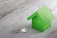 Концепция, дом и ключ недвижимости на деревянной предпосылке Концепция имущества идеи по-настоящему, личное свойство и дом семьи, стоковые фото
