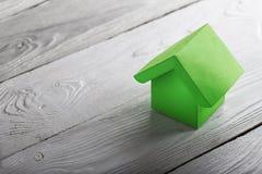 Концепция, дом и ключ недвижимости на деревянной предпосылке Концепция имущества идеи по-настоящему, личное свойство и дом семьи, стоковые изображения